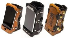 So you would like to wear your smartphone on your wrist? It keeps your phone handy and allows you to get things done with your hands free. This wearable phone holder even has space for your credit cards. Leather Bracers, Leather Cuffs, Leather Tooling, Steampunk Vetements, Mode Punk, Smartphone Holder, Cool Stuff, Kydex, Leather Projects