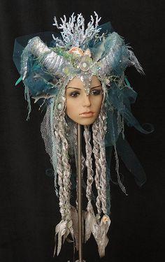 """Headdress: """" Nymphe """" Farbdesign: blau-türkis-silber Grösse: One-Size (über ein Gummiband stufenlos variabel) Dieser romantisch verspielte Kopfschmuck wird von geschwungenen Hörnern,..."""