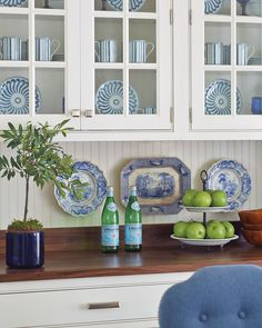 Bunny Williams Campbell House Dinnerware brings a classic blue-and-white color palette to the dining room of the Southern Living Idea House. Bunny Williams Home, Wooden Front Doors, Southern Living Homes, Interior Decorating Tips, Blue And White China, Country Farmhouse Decor, Layout, White Houses, White Decor
