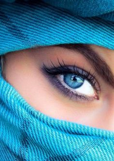 It's like she had a soul that was much too big for her; it filled her to the brim till there was no more space, so it flowed out through her eyes. Pretty Eyes, Cool Eyes, Arabian Eyes, Dubai Fashionista, Beautiful Muslim Women, Gorgeous Women, Eye Photography, Creative Photography, Stunning Eyes