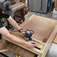 Need to flatten something too big for your planer or drum sander? Check out this simple router sled made from sheet of ply and a plunge router! Outils de Menuiserie HOW TO MAKE A ROUTER SLED