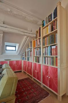 This clever built-in shelving by Tim Gosling makes the most of every inch of space in this attic room, while straw marquetry packs a powerful decorative punch. #roomwithbooks