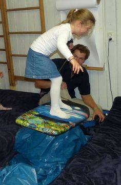 Wellen reiten als Party-Spiel ist für kleine Surfer und Meerjungfrauen lustig. Wer kann das Gleichgewicht am längsten halten?