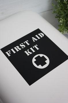"""Sticker """"Kit de premiers secours"""" en vinyle mat non repositionnable. A coller sur une armoire à pharmacie, une boite, dans une chambre d'ado pour un petit côté indus, dans la cuisine !Disponible en blanc, gris, noir ou or mat.Dim. : 12 cm x 12 cm env.Lire attentivement les consignes de pose. S'utilise sur une surface lisse. Création le Grenier de Ninon.Envoi par lettre suivie."""