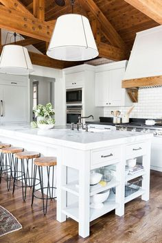 4 Alive ideas: Boho Minimalist Home Small Spaces minimalist kitchen design apartment.Minimalist Home Decoration Minimalism. Studio Kitchen, Home Decor Kitchen, New Kitchen, Kitchen Dining, Awesome Kitchen, Beautiful Kitchen, Kitchen White, Farm Kitchen Ideas, Kitchen Cabinets