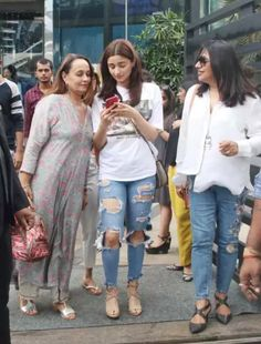 Pics: Catch Alia Bhatt On a Lunch Date With Mom Soni Razdan<br> Best Casual Dresses, Everyday Casual Outfits, Outfits For Teens, Alia Bhatt Photoshoot, Kurti With Jeans, Alia Bhatt Cute, Chic Outfits, Fashion Outfits, Girl Trends
