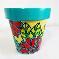 VIERNES y ya se respira el olorcito a finde  . Les dejo el modelo Susy en estos colores power que me gustan mucho  . Feliz fin de la semana! Feliz viernes! Feliz día! Felices momentos!  . . . . . . #floresdealmedro #macetaspintadasamano #hechoamano #macetaspintadas #macetas #buenavibra #buenaenergia #artesanal #regalo #plantas #jardín #decoracion #deco Paint Garden Pots, Painted Plant Pots, Painted Flower Pots, Pots D'argile, Clay Pots, Flower Pot Crafts, Clay Pot Crafts, Pottery Painting, Ceramic Painting