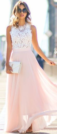 Mode printemps. Longue jupe rose pâle et tee-shirt blanc en dentelle.