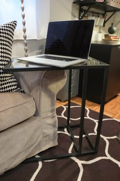 VITTSJÖ Laptop stand - black-brown, glass- Don't let your desk dictate your work space: VITTSJO side table makes your sofa your new office! Work in comfort. Condo Living, Home Living Room, Apartment Living, Living Area, Ikea Home Tour, Beautiful Sofas, Laptop Stand, Laptop Table, Dream Decor
