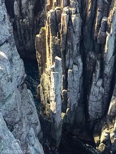 5 Must Do Hikes In Tasmania: Cape Raoul, Mt Amos, Cradle Mountain, South Cape Bay, and Cape Hauy. Come exploring beautiful Tasmania with me! Tasman National Park, National Parks, Bruny Island, Rock Formations, South Island, Day Hike, Tasmania, Wilderness, Cape