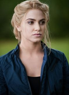 nikki reed as rosalie hale- love the nude matte lips, super subtle smoky eye, and mega defined eyebrows