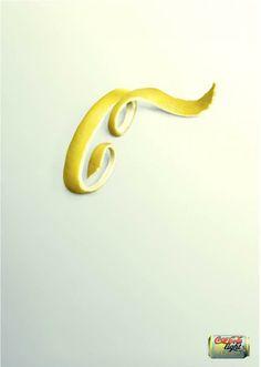 """METONIMIA- Es un par de figuras retóricas. En la metonimia se muestra el contenido (un trozo de piel de limón) para expresar el continente o contenedor (la soda saborizada con limón). El uso de una parte del logo de la Coca Cola (letra """"C"""") refleja la sinécdoque. La Metonimia designa una cosa o idea con el nombre de otra basándose en la relación de proximidad existente entre el objeto real y el objeto presentado. Se realiza una transferencia asociativa del sentido."""