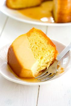 Easy Flan Cake cake is also called magic cake because the layers separate while baking. The flan always ends up on the bottom of the pan (top of cake when flipped). Desserts Ostern, Fun Desserts, Delicious Desserts, Yummy Food, Dessert Recipes, Leche Flan Cake Recipe, Cake Flan, Pumpkin Flan Cake Recipe, Flancocho Recipe