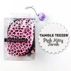 Londralı ünlü fırça Tangle Teezer artık Türkiye'de! Yeni pembe leopar baskılı tangle teezer, saç taramayı keyifli bir hale getirir. Saçları daha parlak gösterir. Kuru ya da ıslak saçlarınızı koparmadan ve acıtmadan tarar, uzun saçlar için duşta kullanılabilir ayrıca dişleri korumak için çıkarılabilir kapağı ile çantanızda rahat taşınabilir.