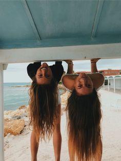 How to Take Good Beach Photos Cute Friend Pictures, Best Friend Pictures, Friend Pics, Bff Pics, Sister Beach Pictures, Beach Pics, Besties, Bestfriends, New Foto