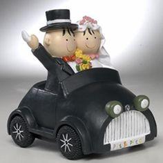 """Complementos de boda: exclusiva figurita para la tarta de bodas de la colección """"Pit y Pita"""". La parejita aparece montada en un coche antiguo que es, a la vez, una práctica hucha...                                                                                                                                                     Más"""