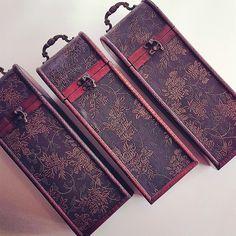 Zabaľte svoje darčeky do štýlových a dizajnových obalov. Vyberte si z našej ponuky v predajni alebo sa nechajte inšpirovať v e-shope. . . . . . . . . . . . . . . . . . . . . . . . . . . . . . . . . . . . . . . . . . . . . . . . . . . . . . #darcek #darceky #obal #krabica #box #gift #giftshop #darcekovyobchod #darcekovyobal #dar #peknydarcek #obchodsvinom #wineshop #vinoteka #kazetanavino #kazeta #inmedio #in_medio #predajna #obchod #eshop
