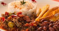 Picadillo à la cubaine. Plat traditionnel de la cuisine cubaine, le picadillo est un hachis de bœuf cuisiné avec de l'ail, des oignons, du riz blanc, des haricots noirs et servi avec des bananes plantains frites. La recette par Jackie. Cuban Recipes, Desert Recipes, Beef Recipes, Dinner Recipes, Cooking Recipes, Plats Latinos, Creole Recipes, Chana Masala, Onions