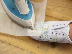 Weiße Sneaker Transferpapier Schere Bügeleisen Wenn Du möchtest: neue Schnürsenkel Dein gewünschtes Motiv