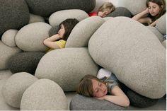 """As almofadas que imitam """"rochas"""" fazem parte da coleção Livingstones e são feitas de lã. Pra lá de divertidos, estes pufes e almofadas foram criados pela designer Stephanie Marin para a empresa francesa Smarin."""