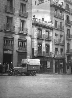 La antigua Casa Botín en la plaza de Herradores, en 1925. Foto Madrid, San Bernardo, Model Trains, Old Pictures, Monochrome, Scenery, Villa, Street View, City