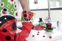 ¡Una plaga de alegría en tu cocina! Escobas, mopas, recogedores y fregonas que campan a sus anchas volando a ras del suelo, cepillos lavaplatos, limpiavasos, delantales y guantes que serán como una auténtica invasión de diversión y alegría para tu cocina! #mariquitas, #ladybug, #coccinelle, #vigar, #delantal, #tablier, #apron, #gloves, #gants, #guantes