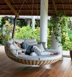 Hanging Beds Adding Summer Decorating Thrill to Backyard Designs Oh yes. Hanging beds add playful designs summer fun and enhance your beautiful backyard landscaping or garden design with a wonderful daybed to relax Outdoor Porch Bed, Outdoor Spaces, Outdoor Living, Patio Bed, Outdoor Decor, Outdoor Furniture, Outdoor Daybed, Outdoor Swings, Diy Porch