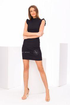 Moderné šaty priliehavé s rebrovaným povrchom čierne