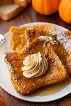 Pumpkin French Toast with Whipped Pumpkin Butter=What a wonderful way to herald in fall! I made this for fam and it was good-pumpkin butter really makes it. I personally like thinner bread, but they liked the thicker. Autumn Brunch Recipes, Fall Recipes, Pumpkin Butter, Pumpkin Pie Spice, Pumpkin Puree, Pumpkin Squash, Manger Healthy, Pumpkin French Toast, Cinnamon French Toast