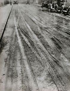 Neige à Paris, circa 1930 rene zuber Vintage Photography, Street Photography, French Photographers, Paris Photos, French Vintage, Railroad Tracks, 1930s, Country Roads, Snow