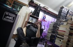 """Saltillo, 900 chilometri a nord di Città del Messico. È qui che opera e officia il suo ruolo Adolfo Huerta, conosciuto come """"Gofo"""", il sacerdote non convenzionale che ama il rock, veste di nero, ha capelli tinti di rosso e si sposta in sella a una motocicletta. Ordinato cinqu"""