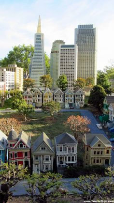 Legoland, California - Victorian houses in San Francisco with the San Francisco downtown skyscrapers in the background San Francisco Downtown, San Francisco Houses, Living In San Francisco, San Francisco Travel, San Francisco California, San Francisco Skyline, Painted Ladies, Golden Gate Bridge, San Francisco Photography