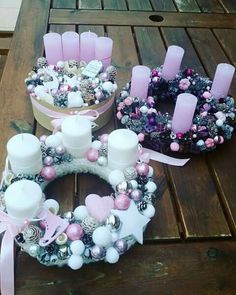Magditól Christmas Advent Wreath, Christmas Swags, Xmas Wreaths, Christmas Candle, Elegant Christmas, Pink Christmas, Winter Christmas, Christmas Time, Christmas Floral Arrangements