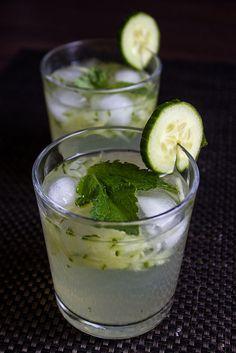 Sekanjabin, a delicious & refreshing Persian drink. Perfect for summer! Sekanjabin  dulce, menta y totalmente refrescante, este riff de la bebida persa dulce y amarga es la solución más sabroso que conozco para el calor del verano.  1/2 taza de menta jarabe simple (ver receta a continuación)  1/2 taza de jugo de limón recién exprimidos  3 tazas agua  1/4 taza de queso pepino  de hielo 1. Batir el jarabe, jugo de limón, y el agua en una jarra grande. Agregar el pepino y el hielo. Sirva…