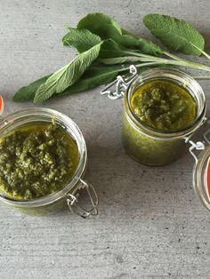 Im Juni ist die perfekte Saison für Salbei, als Salbei-Pesto oder Salbei-Ol verarbeitet lässt sich das Aroma haltbar machen. Pesto Vegan, Vegan Pasta, Fodmap, Palak Paneer, Food Inspiration, Dips, Noodles, Food And Drink, Low Carb