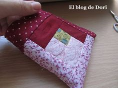 El blog de Dori: La gallina con peineta Pot Holders, Quilting, Blog, Scrappy Quilts, Hair Combs, Hens, Little Birds, Tutorials, Cooking