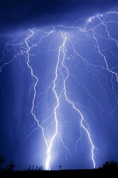 I love thunder and lightning with torrential rains. All Nature, Amazing Nature, Science Nature, Lightning Photography, Nature Photography, Photography Lighting, Lightning Drawing, Thunder And Lighting, Storm Wallpaper
