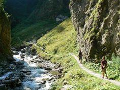 De Rosengartenschlucht is een wilde en romantische kloof in het Tiroler Oberland. De wandeling leidt je afwisselend over stevige houten bruggen, trappetjes en onverharde paden, onder overhangende rotsen langs en…