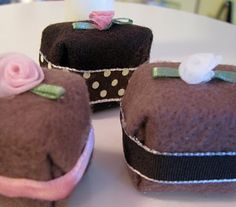 Make play food for kids from nothing more than a little felt. This felt cake and brownies is calorie free and super simple. Felt Cake, Felt Cupcakes, Brownie Cake, Brownies, Felt Play Food, Sewing For Kids, Kids Meals, Bakery, Goodies