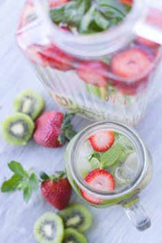 Quand on manque de vitamine C, on opte pour le kiwi, un antioxydant, qu'on laisse infuser au frais dans de l'eau filtrée 30 minutes minimum pour profiter de ses bienfaits. Associé à de la fraise et à de la menthe, cette eau gagne en gourmandise.