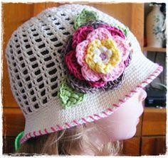 Fizule71: Letní háčkovaný klobouček s pětivrstvou kytičkou