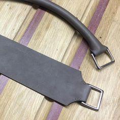 167 vind-ik-leuks, 1 reacties - Peter Nitz (@atelierpeternitz) op Instagram: 'And some more handles, this time in #taupe #Barenia for the men's zip briefcases'
