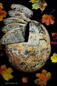 Cred că v-aţi obişnuit de acum să vă arăt o pâine pe săptămână. Pâinea de secară cu chimen negru este în mod categoric cea mai bună pâine cu maia pe care am făcut-o până acum. A fost perfectă! A crescut frumos, miezul a fost moale şi aerat, coaja rumenă şi bună, iar chimenul negru (negrilică) cu … … Continue reading → Diet Recipes, Healthy Recipes, Cooking Bread, Just Bake, Bread N Butter, Vegan Gluten Free, Bagel, Food Photography, Goodies