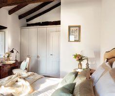 MG 1251. dormitorio de una casa rustica con grandes armarios empotrados