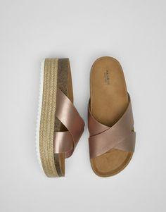 https://www.pullandbear.com/be/femme/chaussures/sandale-à-talon/sandale-croisée-couleur-block-c1030037050p500034286.html#098