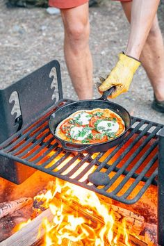 pizza night a new camping tradition! We break down how to make pizza (from scratch!) on your next camping trip.Make pizza night a new camping tradition! We break down how to make pizza (from scratch!) on your next camping trip. Camping Pizza, Camping Meals, Camping Recipes, Camping Tips, Camping Dishes, Camping Cooking, Backpacking Meals, Camp Fire Cooking, Vegetarian Camping