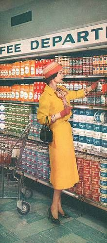 I LOVE Kroger brand. stylishly attired woman shops for coffee at a Kroger supermarket, Vintage Advertisements, Vintage Ads, Vintage Photos, Vintage Stores, Rockabilly Style, Fee Du Logis, Vintage Housewife, 1950s Housewife, Posters Vintage