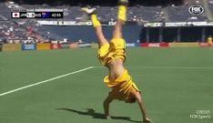 Sam Kerr shows off her famous backflip Female Football Player, Football Soccer, Football Players, Australian Football, Girls Soccer, Soccer Quotes, Fox Sports, Soccer Training, Matilda