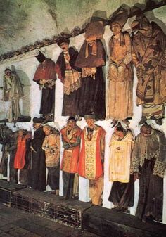 Momias en la pared de las catacumbas capuchinas.
