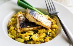 Fenkolirisotto Fenkolirisotto sopii sekä arki- että juhla-aterialle. Sitruunalla ja fenkolilla ryyditetty risotto maistuu sellaisenaan tai paistetun kalan, kuten siian kanssa. 1. Silppua sipuli ja valkosipulinkynnet. Kuullota sipulit öljyssä sahramin kanssa. Lisää riisi ja kuullota. Lisää sitruunan kuori ja mehu tai viini. Kaada joukkoon lientä vähitellen. Lisää lopuksi parmesaani. 2. Kuullota kevätsipuli ja paloiteltu fenkoli voissa. …